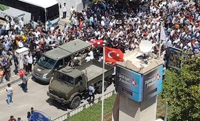 Şehidin Naaşı Geçerken Türk Bayrağının Dalgalandığı Anlar Görenleri Duygulandırdı