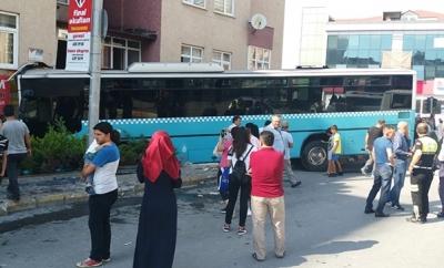 Son Dakika! Bağcılar'da Halk Otobüsü 5 Katlı Binaya Girdi