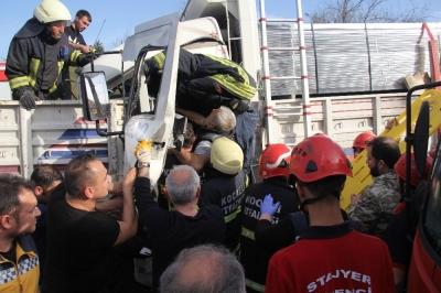 TEM'de Feci Kaza! Kamyon TIR'a Çarptı: 1 Yaralı