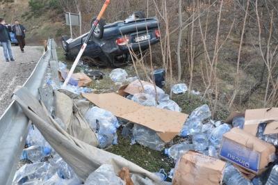 TIR'dan Fırlayan Branda Otomobilin Tekerleğine Dolandı! Takla Atan Araçta 1'i Çocuk 4 Kişi Yaralandı