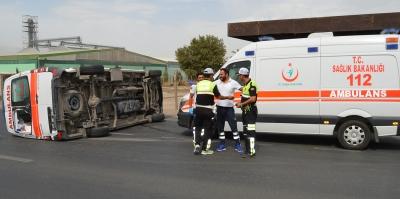 Turgutlu'da Yine Aynı Kavşak, Yine Kaza! Bu Seferde Hasta Sevki Yapan Ambulans Devrildi