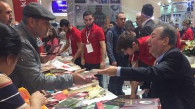 TÜYAP Kitap Fuarı'nda Gergin Anlar! 10 Kişilik Grup Selahattin Önkibar'a Saldırdı