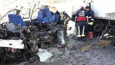 Van'da Katliam Gibi Kaza! TIR Minibüsle Çarpıştı! 8 Ölü, 2 Yaralı