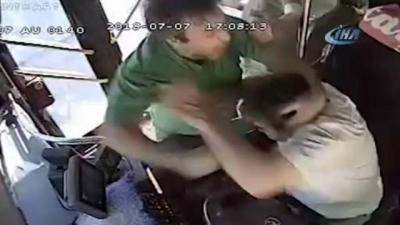 Yolcular Dehşeti Yaşadı! Seyir Halindeki Otobüsün Şoförüne Yumruklu Saldırı