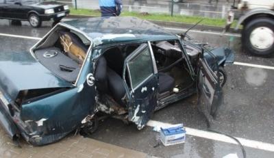 Zonguldak'ta Karşı Şeride Geçen Otomobil Hurdaya Döndü! 4 Kişi Yaralandı